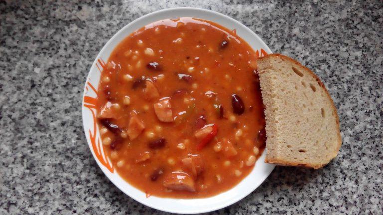 Kovbojské fazole, chléb