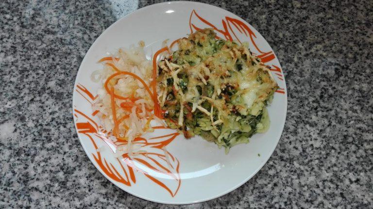 Těstoviny Pepka námořníka s kuřecím masem, zelný salát s mrkví