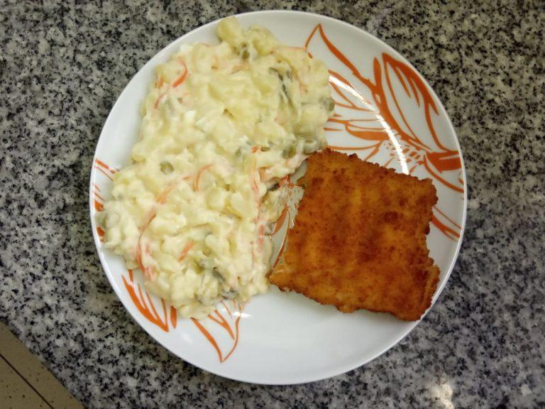 Smažená ryba, bramborový salát